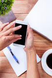 Накладные расходы женственных рук используя smartphone Стоковая Фотография