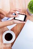 Накладные расходы женственных рук используя smartphone Стоковые Изображения RF