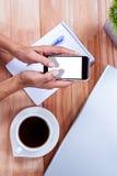 Накладные расходы женственных рук используя smartphone Стоковое Изображение
