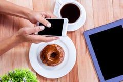 Накладные расходы женственных рук используя smartphone Стоковая Фотография RF