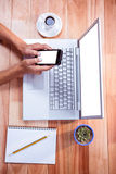 Накладные расходы женственных рук используя smartphone Стоковые Фото
