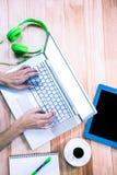 Накладные расходы женственных рук печатая на компьтер-книжке Стоковое фото RF