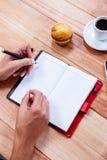 Накладные расходы женственных рук писать на повестке дня Стоковая Фотография RF