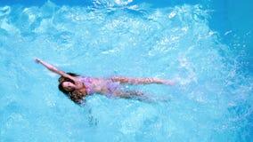 Накладные расходы заплывания брюнет в бассейне на солнечный день акции видеоматериалы