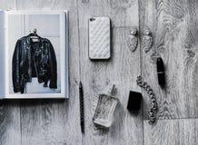 Накладные расходы предметы первой необходимости возражают в блоггере моды Стоковое Изображение