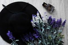 Накладные расходы предметы первой необходимости возражают в блоггере моды Стоковое Изображение RF