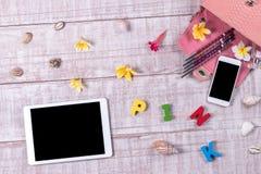 Накладные расходы предметы первой необходимости возражают в блоггере моды Взгляд сверху сумки, слова & x22 snakeskin питона моды; Стоковое фото RF