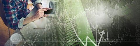 Накладные расходы тысячелетней отправки СМС на столе с зеленым переходом диаграммы финансов Стоковая Фотография RF