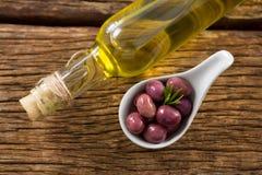 Накладные расходы marinated бутылки масла и оливкового масла Стоковые Фото