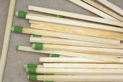 Наклоненные зеленым цветом большие спички кухни в коробке Стоковое Изображение