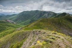 Наклоны гребня Orta-Syrt в зеленые горы Крыма стоковые фото