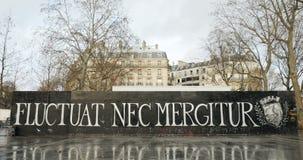 Наклон-вниз к Nec Mergitur Fluctuat в Place De La Republique, Париже акции видеоматериалы