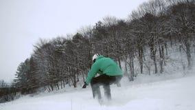 Наклон снега Snowboarder скача сток-видео