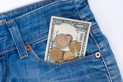 Наличные деньги бумаги и metall лежат в бортовом карманн голубых джинсов стоковые изображения rf
