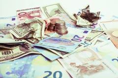 Наличные деньги на изолированной таблице: доллары, евро, rubl сломанные деньги Все внутри стоковая фотография rf