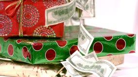 Наличные деньги падая на подарки рождества акции видеоматериалы