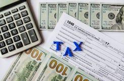 Налоговая форма 1040, доллары, калькулятор на белой предпосылке стоковое фото