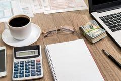 налоговая форма, компьтер-книжка, кофе и доллар Стоковая Фотография RF