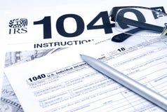 Налоговая форма подоходного налога с инструкцией, стеклами и ручкой стоковая фотография rf