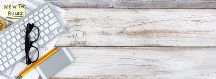 Налоговые формы подоходного налога с новыми изменениями плюс валюта традиционных и кибер на белом деревенском столе стоковые изображения rf