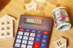 Налог надписи на калькуляторе Концепция оплачивать налоги для свойства Пассивы или возмещение задолженности налога высчитано стоковые фото