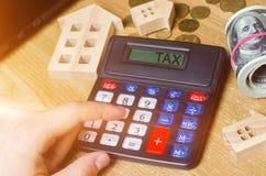 Налог надписи на калькуляторе Концепция оплачивать налоги для свойства Пассивы или возмещение задолженности налога высчитано стоковая фотография