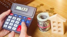 Налог надписи на калькуляторе Концепция оплачивать налоги для свойства Пассивы или возмещение задолженности налога высчитано стоковые фотографии rf