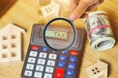 Налог надписи на калькуляторе Концепция оплачивать налоги для свойства Пассивы или возмещение задолженности налога высчитано стоковое фото