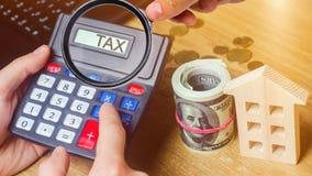 Налог надписи на калькуляторе Концепция оплачивать налоги для свойства Пассивы или возмещение задолженности налога высчитано стоковое фото rf