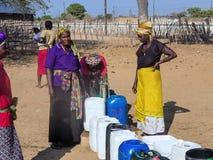 НАМИБИЯ, Kavango, 15-ое октября: Женщины в воде деревни ждать Kavango было зоной с самым высоким левом бедности Стоковые Фотографии RF