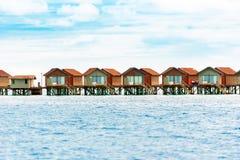 Намочите виллы на тропическом карибском острове, Мальдивах скопируйте космос Стоковые Фотографии RF
