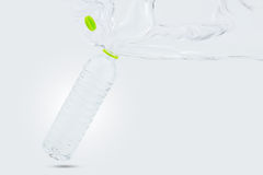 Намочите выплеск от раскрытой бутылки питьевой воды на белой предпосылке Стоковое Изображение RF