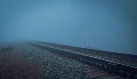 Намочите железную дорогу в тумане утра Стоковые Изображения