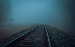 Намочите железную дорогу в тумане утра Стоковое Изображение RF