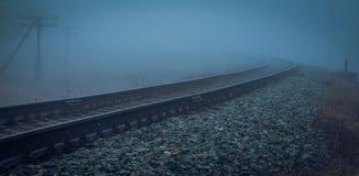 Намочите железную дорогу в тумане утра Стоковое Фото