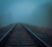 Намочите железную дорогу в тумане утра Стоковая Фотография RF