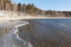 Намочите замерзать в реке в осени, резервуаре Ob, Сибире стоковые изображения rf