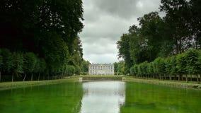Намочите зеркало на саде замка, Францию сток-видео