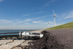 Намочите кабели подключенные к Windturbines в IJsselmeer Стоковое Изображение