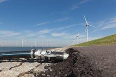 Намочите кабели подключенные к Windturbines в IJsselmeer Стоковое Изображение RF