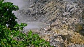 Намочите кипеть в гейзере вулкана в Сент-Люсия видеоматериал