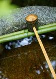 Намочите ковш на каменном тазе на Koto-в виске в Киото Стоковое Изображение RF