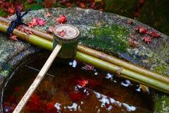 Намочите ковш на каменном тазе на Koto-в виске в Киото Стоковая Фотография