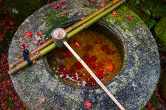 Намочите ковш на каменном тазе на Koto-в виске в Киото Стоковые Изображения RF