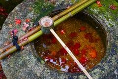 Намочите ковш на каменном тазе на Koto-в виске в Киото Стоковая Фотография RF