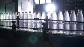 Намочите линию разлива для обрабатывать и разливать чисто ключевую воду по бутылкам сток-видео