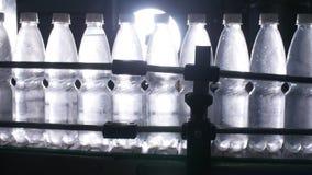 Намочите линию разлива для обрабатывать и разливать чисто ключевую воду по бутылкам акции видеоматериалы