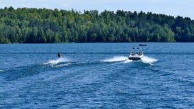 Намочите лыжника и шлюпку скорости на красивом северном озере Минесот акции видеоматериалы