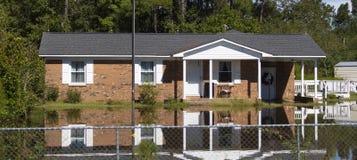 Намочите окружать дом кирпича после урагана Флоренса стоковые фото