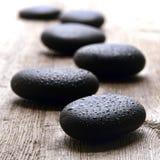 Намочите отполированные камни массажа в курорте здоровья Стоковое фото RF